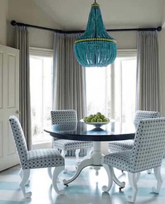 wandfarbe und gardinen taupe für esszimmer mit Esszimmertisch rund und deckenlampe in blau