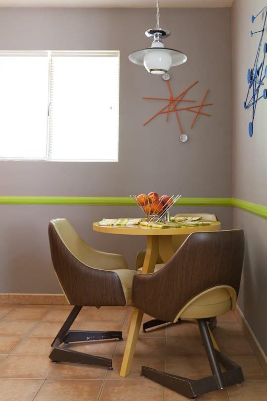 esszimmer mit wandfarbe grau und runder tisch gelb_kreative wandgestaltung mit faden