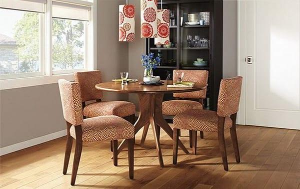 esszimmer idee in Holz mit Esstisch rund aus Holz und Polsterstühlen in orange und weiß