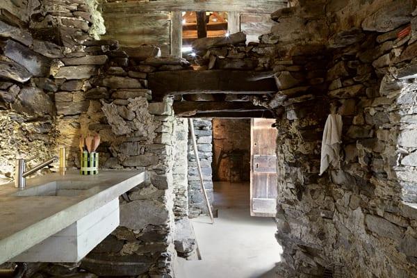 rustikale Küche mit waschbecken aus Beton
