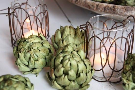 dekoration selber machen-tischdeko mit teelichthaltern und artischocken