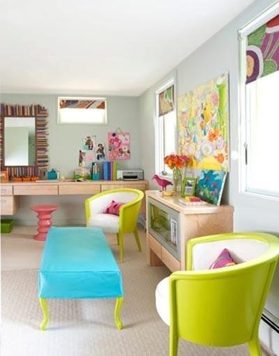 modernes wohnzimmer mit wänden hellblau und holzschränken-möblierung grün-fensterrolos bunt
