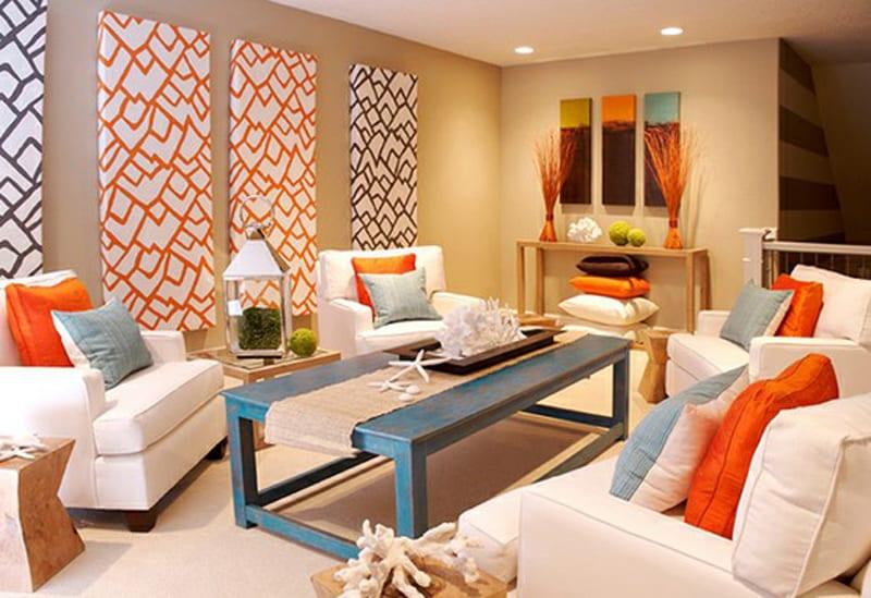 modernes wohnzimmer mit wandfarbe beige und coole hintergrundbildern.couchtisch blau aus holz-weise seats and sofas mit orangen und blauen kissen-sideboard dekorieren