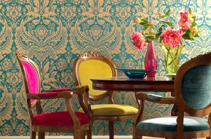 rustikaler holzesstisch mit holzstühlen aus samt in gelb, blau und pink-mustertapete blau