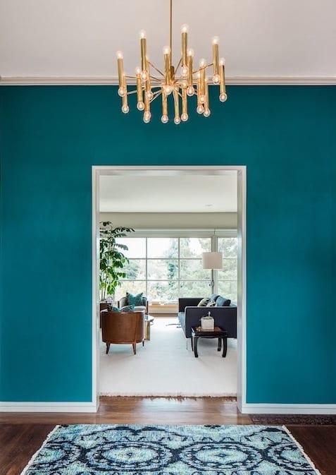 blaue wand mit türrahmen weiß-wohnzimmer farbgestaltung in blau und weiß-holzboden mit teppich weiß
