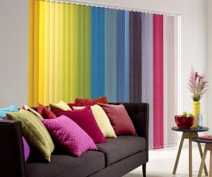zimmergestaltung mit sofa schwarz- gardinen dekorationsvorschläge