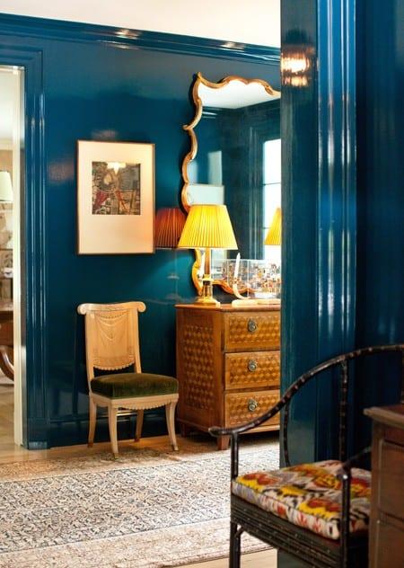 wohnideen flur mit sideboard antik und wände streichen idee in blau lack