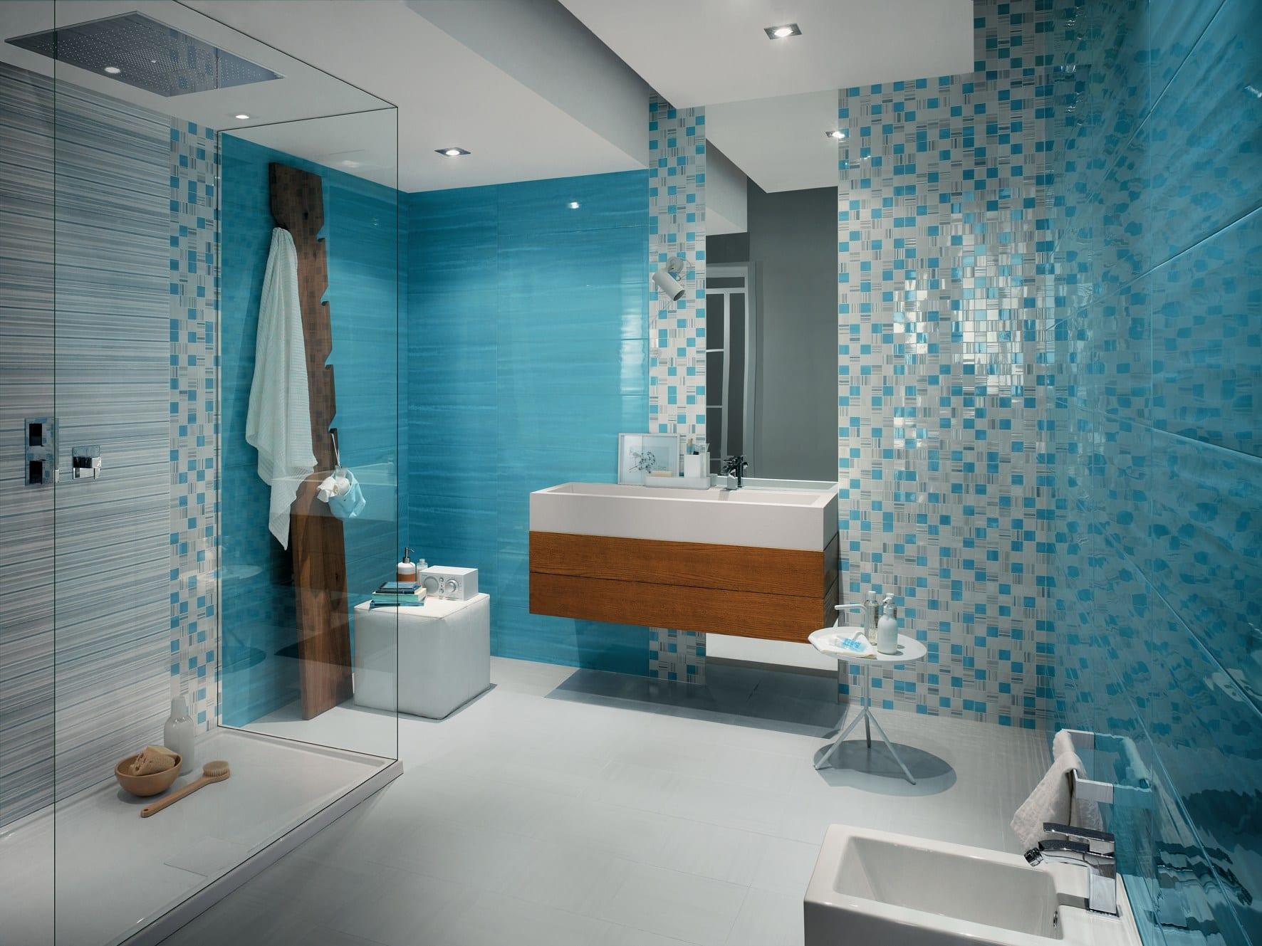 badezimmer interior in weiß und blau mit fliesen und mosaik