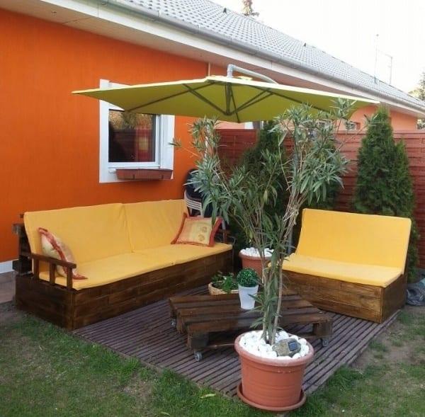 wandfarbe orange.garten ideen mit gartenmöbel aus paletten und Schirm grün