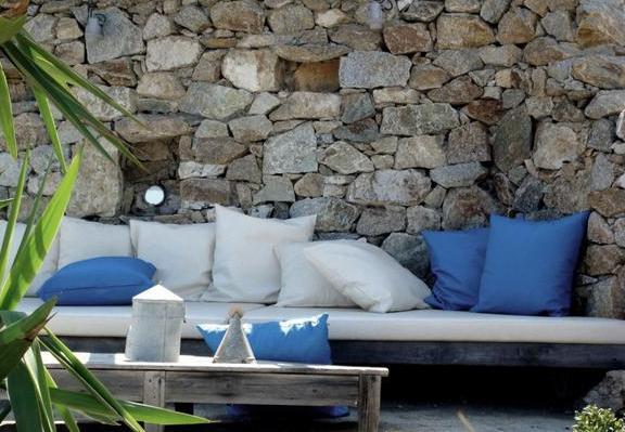 moderne terrasse mit DIY gartenmöbel aus holz mit weißer matte und blauen kissen