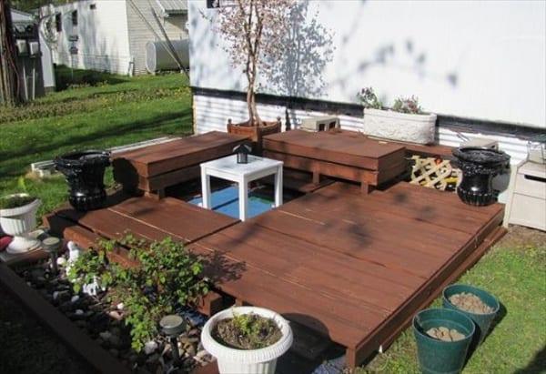 terrasse aus paletten und bänke aus paletten