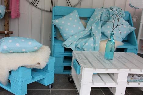 schicke möbel aus paletten in blau und weiß