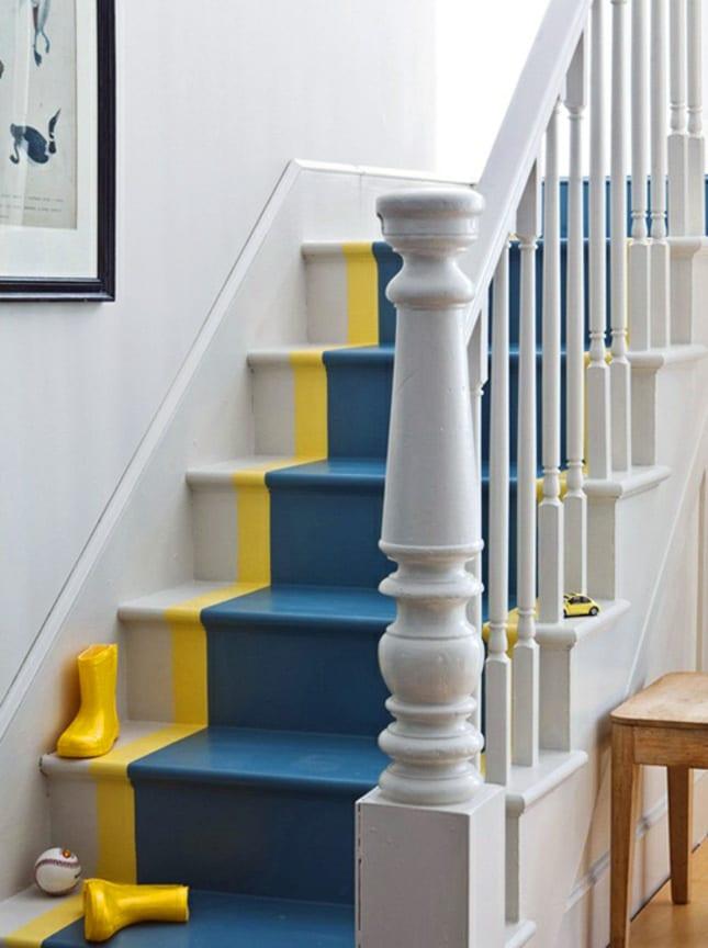 farbgestaltung flur in weiß mit blauen treppenstufen