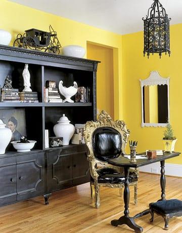büro einrichten mit wandfarbe gelb und schwarzem schrank-königstuhl aus lackleder schwarz