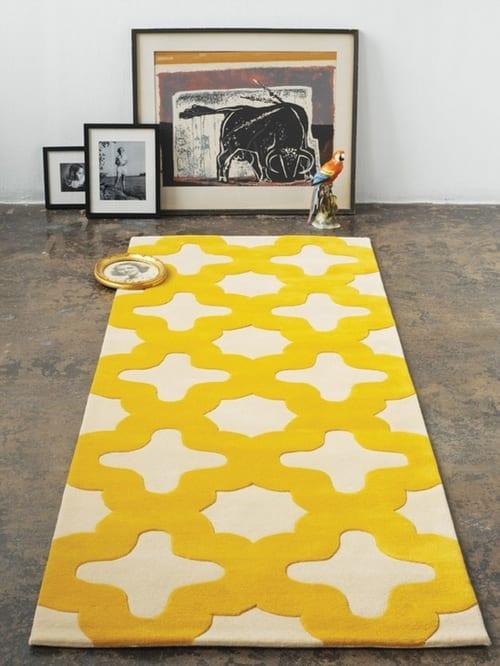 wohnideen mit modernem teppich weiß mit gelben motiven