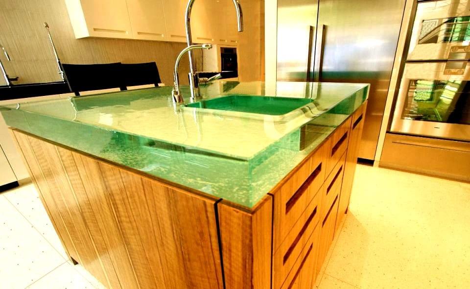 moderne küche mit kochinsel aus holz und extrem dicke Oberfläche aus Glas