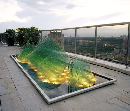 dachterrasse gestaltung mit teichbecken und glasskilptur mit LED Beleuchtung