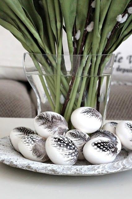 bilder ostern mit vase und ostereiern im teller