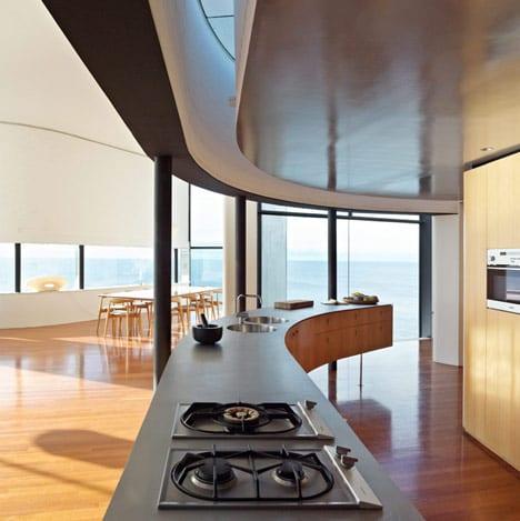 moderne küche holz mit gerundetem kochinsel-raumgestaltung mit oberlicht und schwarzen rundstützen