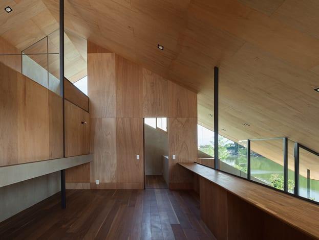 modernes Interior Design mit Holzverkleidung und eleganten schwarzen Stahlstützen