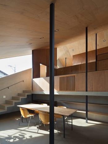 minimalistisches haus design mit Sichtbeton und Holz- esszimmer mit Holzesstisch
