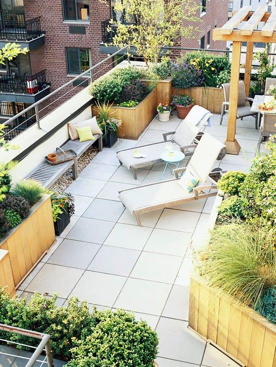 terrasse gestalten mit terrassenfliesen und hollaube