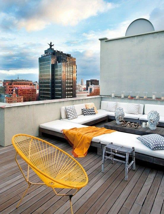 moderne dachterrasse mit terrassendiele holz und DIY gartenmöbel aus paletten