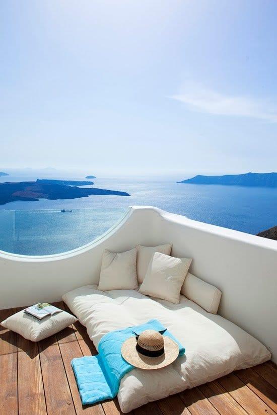 terrasse gestalten mit terrassendiele holz und halbrunden glasgeländern