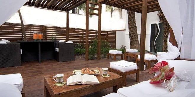 holzterrassen mit terrassen berdachung aus holz f r beschattung terrasse freshouse. Black Bedroom Furniture Sets. Home Design Ideas
