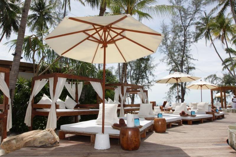 terrassengestaltung holz mit seats and sofas aus holz als terrassenmöbel gastronomie
