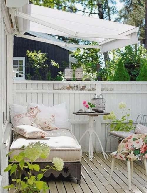moderne terrasse aus holz in weiß streichen und mit markise beschatten