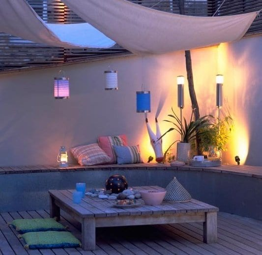 holzterrasse mit ausgemauerter sitzecke rund und sonnensegel terrasse