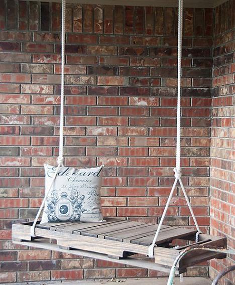 terrasse mit ziegelmauern und schaukel aus paletten