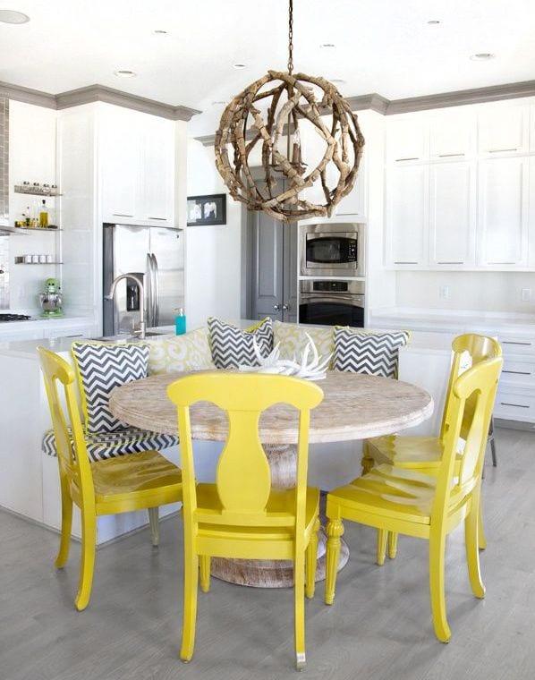 kleine kühe mit sitzecke küche und esstisch massiv mit gelben holzstühlen_pendelleuchte kugel aus holz