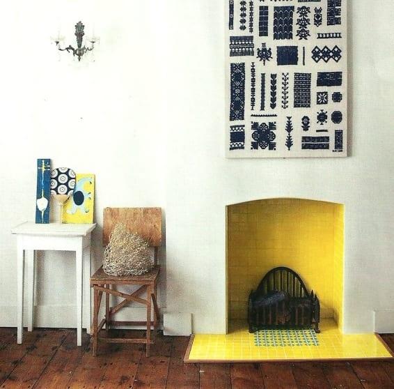 coole wandgestaltung- rustikale zimmergestaltung in weiß mit kamin in gelb