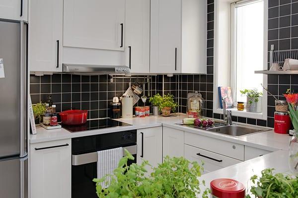 moderne küche weiß mit fenster und schwarzen fliesen