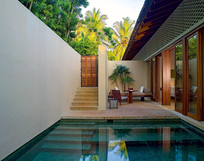 modernes haus mit kleiner terrasse und pool