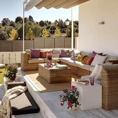 terrasse gestalten mit marmorboden und faltbarer markise
