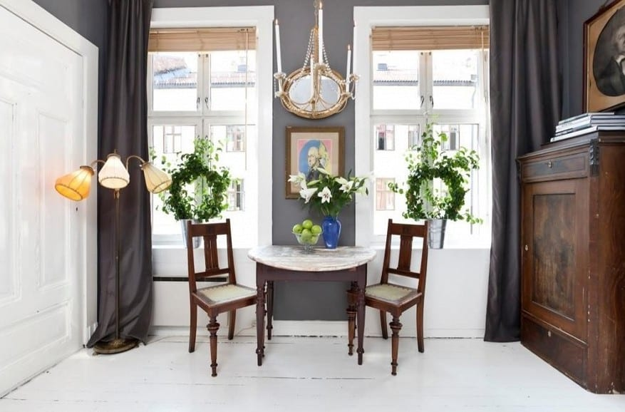1 zimmer appartement gestalten-gardinen grau und wandfarbe grau-sideboard antik aus holz