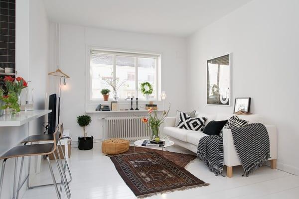 kleines wohnzimmer einricten mit polstersofa und rundem couchtisch in weiß