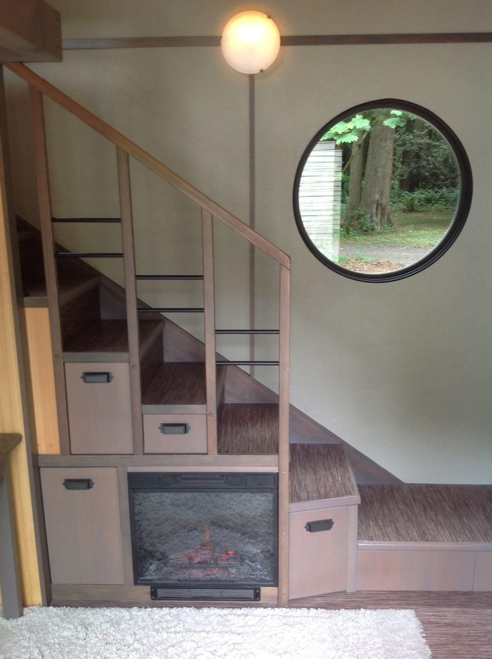 haus mit holztreppe und eingebautem kamin- rundfenster