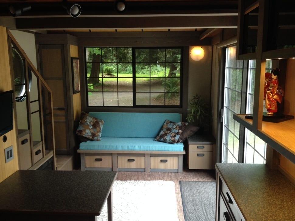 wohnzimmer inspirationen für kleine wohnungen-holzsofa mit schubladen und blauen sitzkissen