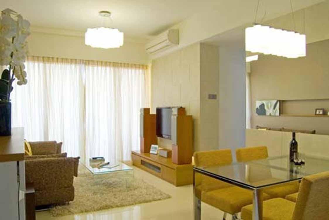modernes wohnzimmer mit wandfarbe beige und esszimmerstühlen gelb