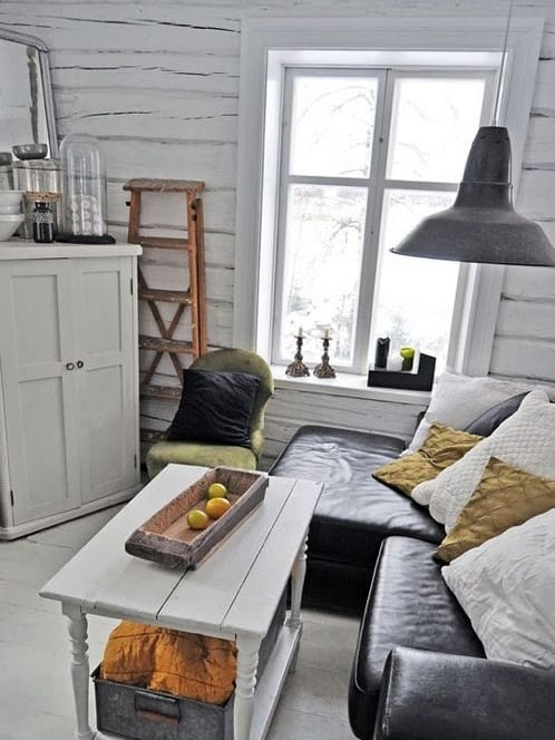 wohnzimmer inspirationen mit ecksofa schwarz aus leder und rustikale deckenlampe schwarz_sideboard weiß dekorieren