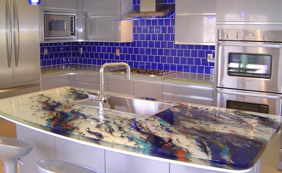 moderne küche mit kochinsel und blauen wandfliesen-küchenarbeitsplatten aus glas