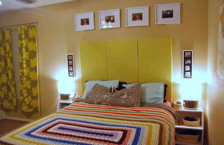 schlafzimmer gestaltung in gelb-strickbettdecke- gardinen beige mit gelben blumenmotiv