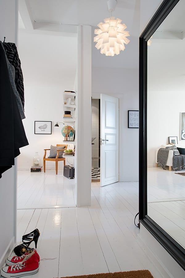 Zweiraumwohnung Inspirationen mit Spiegelwand im Flur und weißem Holzboden