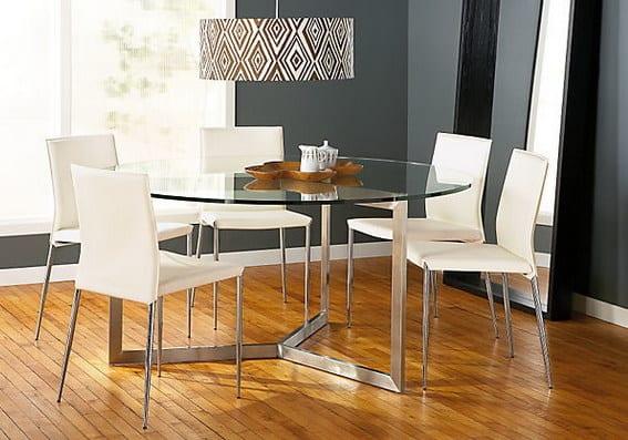esszimmer mit wandfarbe grau und modernem esszimmertisch glas mit metallbeinen