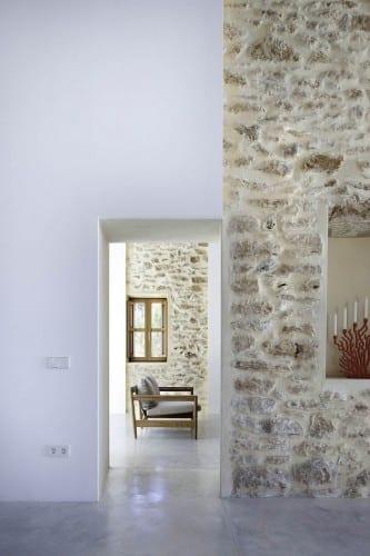 modernes wohnzimmer mit poliertem betonboden