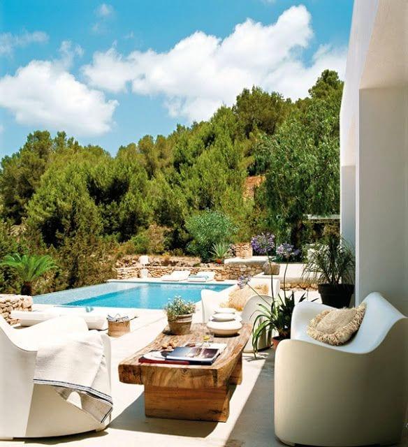 moderner terrassengarten mit pool und sofa weiß